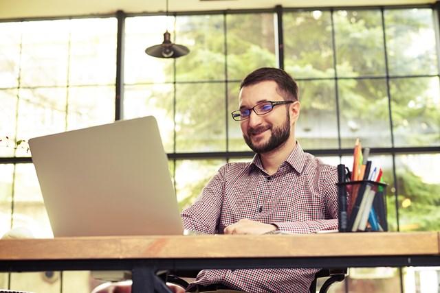 働いているほとんどの人が副業を始めている