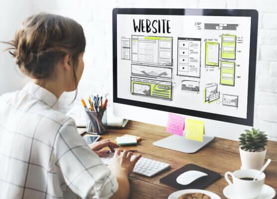 WEBデザインの仕事をする女性