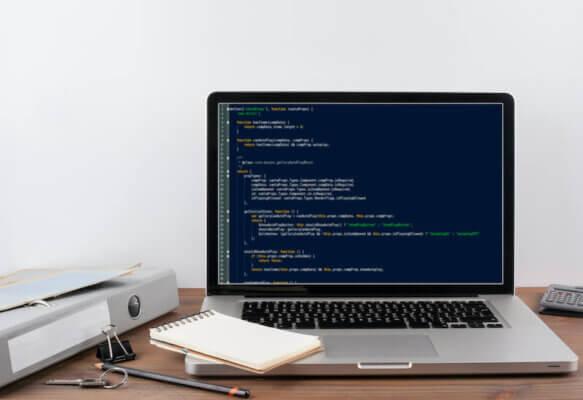 ノートパソコンでコードを書くイメージ